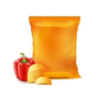 Chipsy ziemniaczane z papryką i foliową torbą na białym tle