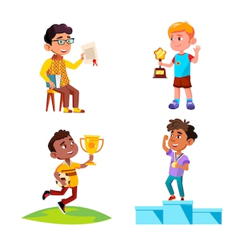 Chłopcy dzieci świętują zwycięstwo z nagrody wektor zestaw. zwycięzcy dzieci stojących na cokole z medalem i trzymając puchar wygrany w konkursie piłki nożnej, dyplom i nagroda. postacie płaskie ilustracje kreskówka