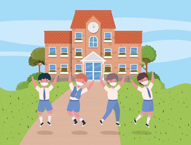 Chłopcy dzieci z maskami skaczące przed szkołą