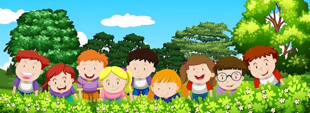 Chłopcy i dziewczęta w ogrodzie w ciągu dnia