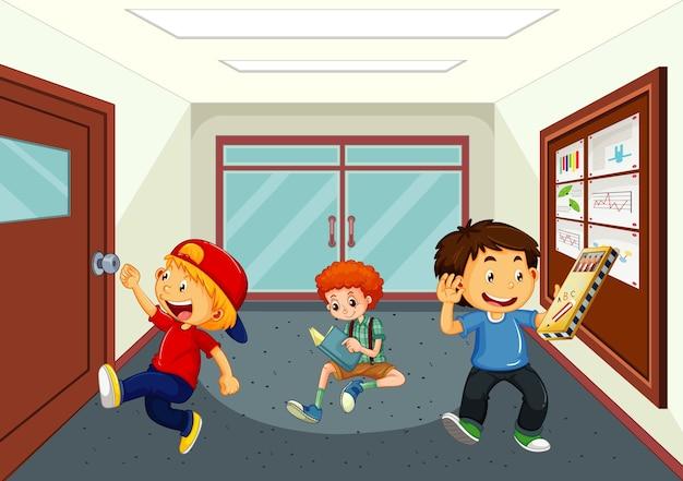 Chłopcy na szkolnym korytarzu