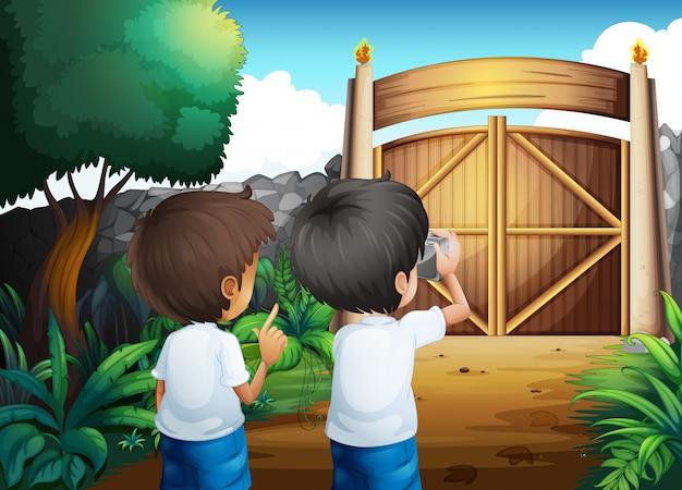Chłopcy robią zdjęcia wewnątrz ogrodzonego podwórka