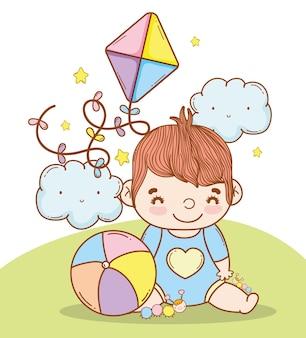 Chłopczyk z zabawkami w piłkę i latawca
