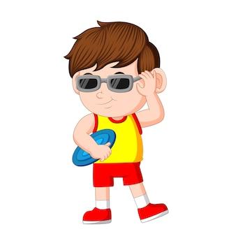 Chłopiec bawi się frisbee