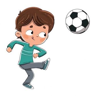Chłopiec bawić się piłkę nożną rzuca piłkę