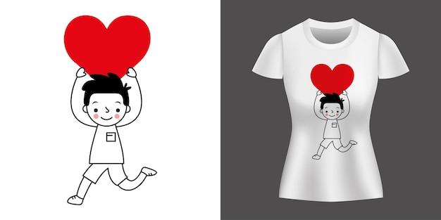 Chłopiec biegnie z sercem w ręce wydrukowane na koszuli.