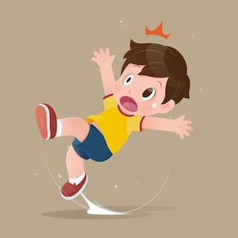 Chłopiec czuje szok, ponieważ poślizgnął się w kałuży na podłodze.