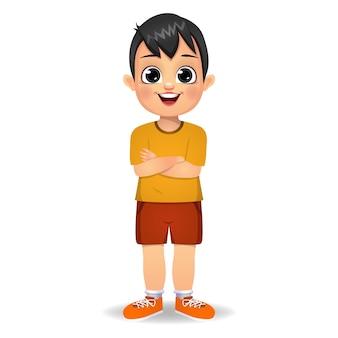 Chłopiec dziecko stojąc z rękami skrzyżowanymi na białym tle