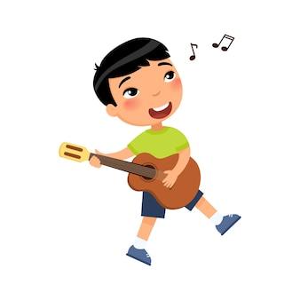 Chłopiec gra na gitarze i śpiewa piosenkę