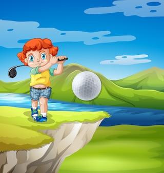 Chłopiec gra w golfa w przyrodzie