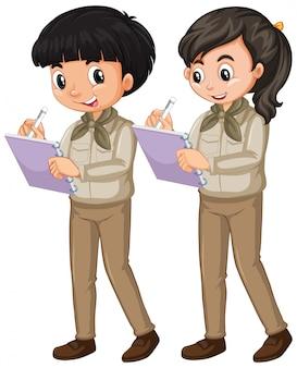 Chłopiec i dziewczyna w harcerza mundurze na bielu