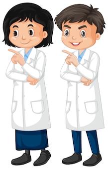 Chłopiec i dziewczyna w lab todze na bielu