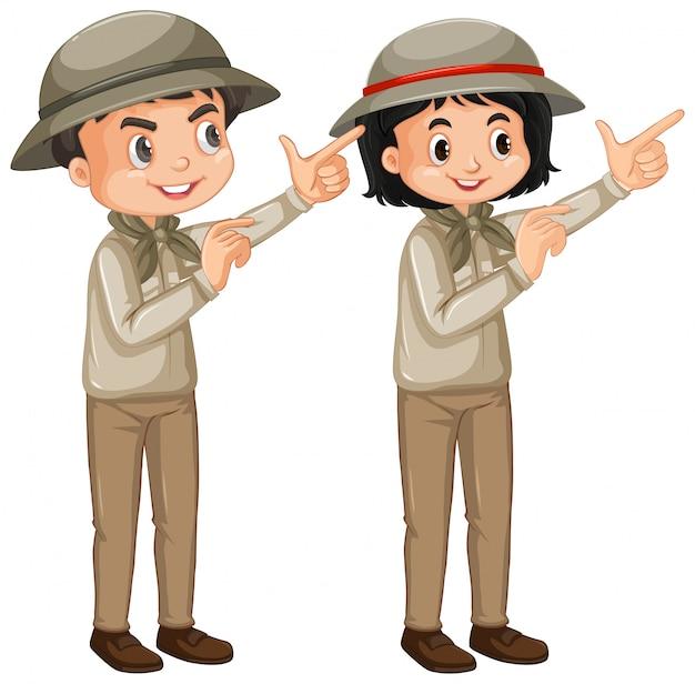 Chłopiec i dziewczyna w safari stroju na białym tle