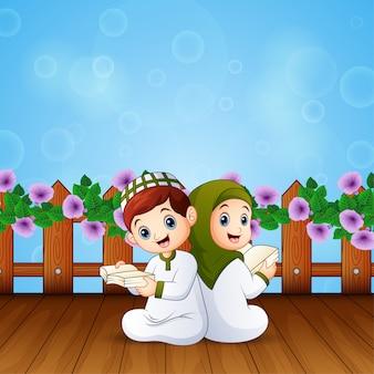Chłopiec i dziewczynka czytanie książki na święto islamskich uroczystości