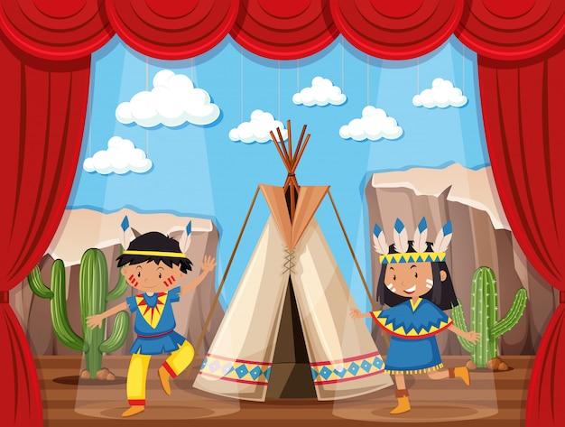 Chłopiec i dziewczynka gra native indian na scenie