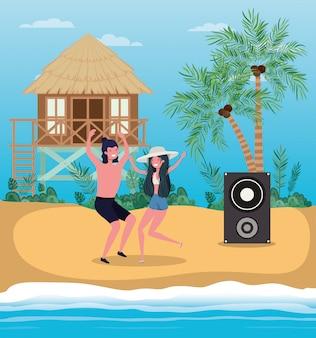 Chłopiec i dziewczynka z strój kąpielowy, taniec na plaży