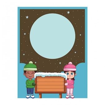 Chłopiec i dziewczynka z zimowych ubrań i drewniany znak karty