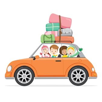Chłopiec i dziewczynki jazdy samochodem z bagażami na dachu samochodu do podróży