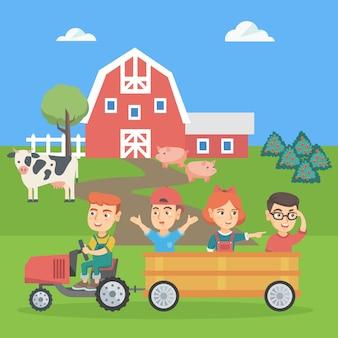 Chłopiec jedzie ciągnikiem z przyjaciółmi w przyczepie.