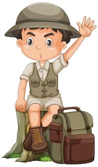 Chłopiec jest ubranym safari strój na białym tle