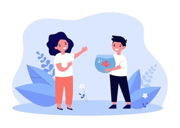 Chłopiec kreskówka pokazując lub dając ryby w zbiorniku do przyjaciela. szczęśliwe dziecko trzyma akwarium z rybą ilustracji wektorowych płaski. przyjaźń, koncepcja zwierząt domowych dla banera, projektu strony internetowej lub strony docelowej