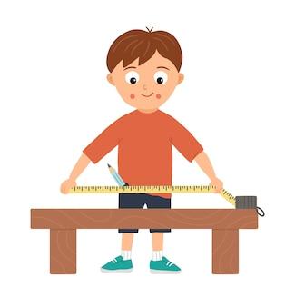Chłopiec pracujący wektor. płaski zabawny dzieciak postać robi pomiary taśmą mierniczą na stole roboczym. ilustracja lekcji rzemiosła. koncepcja dziecka uczącego się pracy z narzędziami.