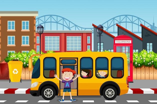 Chłopiec przed sceną autobusu szkolnego