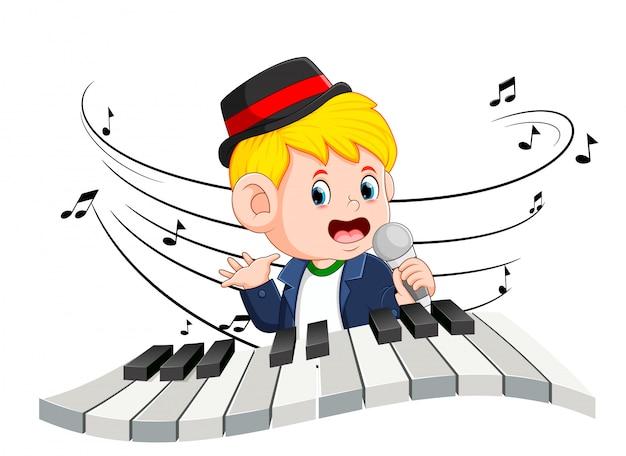 Chłopiec śpiewa i gra na pianinie