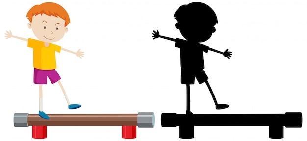 Chłopiec stojący równowagę z jego sylwetka