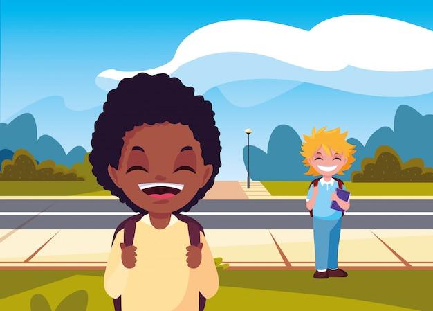 Chłopiec studentów z torbami na ulicy