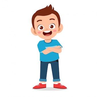 Chłopiec szczęśliwy ładny uśmiech skrzyżowane ramiona