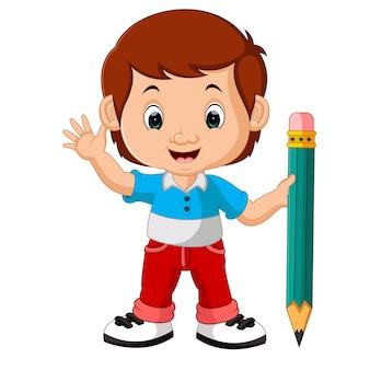 Chłopiec trzyma duży ołówek
