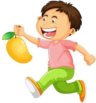 Chłopiec trzyma postać z kreskówki owoców mango na białym tle
