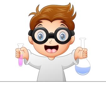Chłopiec trzyma próbnej tubki