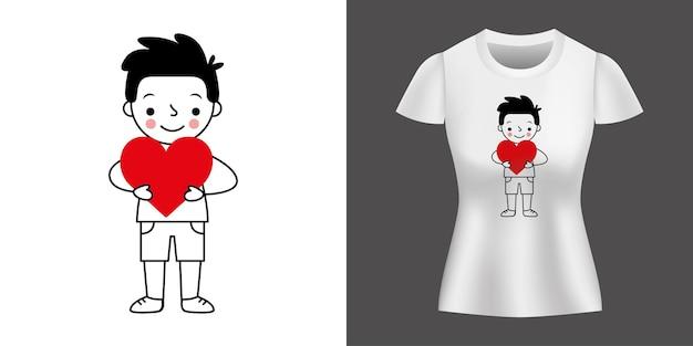 Chłopiec trzymający serce wydrukowane na koszuli.
