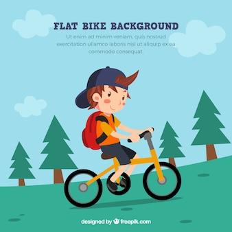 Chłopiec uśmiecha się na rowerze