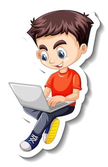 Chłopiec używający naklejki z postacią z kreskówki na laptopa
