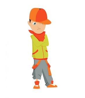 Chłopiec w czerwonej czapce, zielonej koszuli i krótkich spodenkach tańczy break