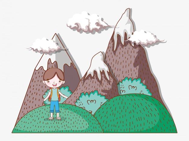 Chłopiec w górach z chmurami i natur drzewami