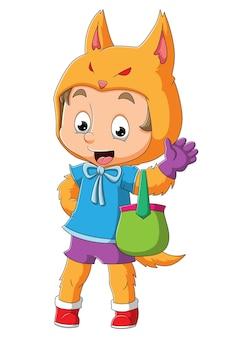 Chłopiec w kostiumie lisa trzyma kolorowy kosz z ilustracjami