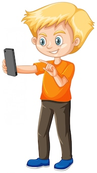 Chłopiec w pomarańczowej koszuli za pomocą postaci z kreskówki inteligentny telefon na białym tle