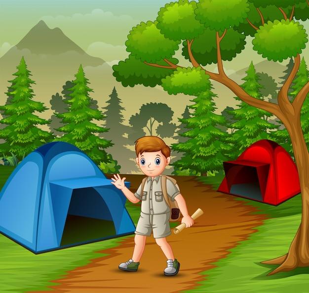 Chłopiec w stroju odkrywcy biwakuje w naturze