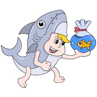 Chłopiec w stroju rekina niesie plastikową torbę wypełnioną złotą rybką, ilustracja wektorowa sztuki. doodle ikona obrazu kawaii.