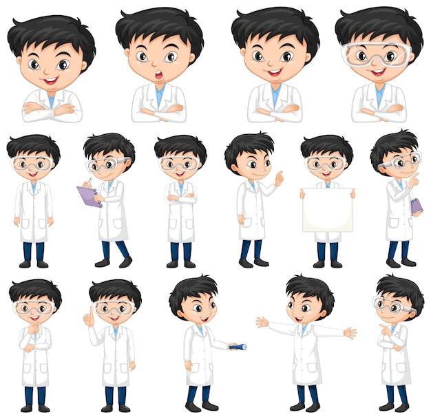 Chłopiec w sukni naukowej robi różne pozy