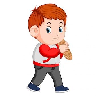 Chłopiec z dużym chlebem