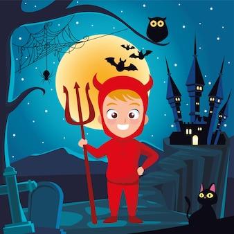 Chłopiec z kostiumem diabła halloweenowego przed domem w nocy projekt, wakacje i przerażający motyw