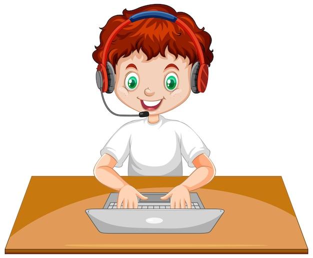 Chłopiec z laptopem na stole na białym tle