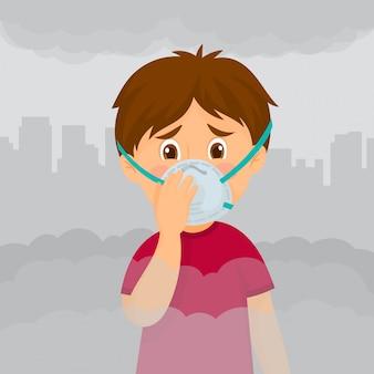 Chłopiec z maską przeciw smogowi