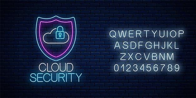 Chmura usługi bezpieczeństwa świecące neon znak z alfabetu na tle ciemnego ceglanego muru. symbol ochrony internetu z tarczą, chmurą i kłódką. ilustracja wektorowa.