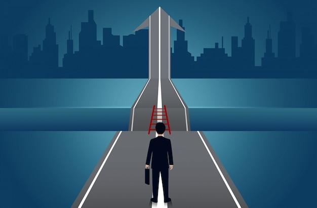 Chodzący biznesmeni idą drogą, między ścieżką ze strzałkami do bramki jest luka
